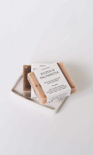 zeeplokaal-rozen-palmarosa-op-schaaltje-wit-900x1200