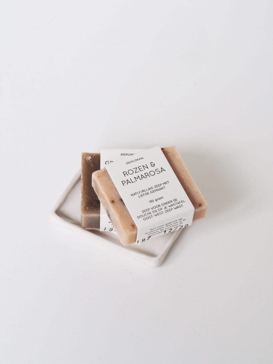 zeeplokaal-rozen-palmarosa-op-schaaltje-wit-900×1200