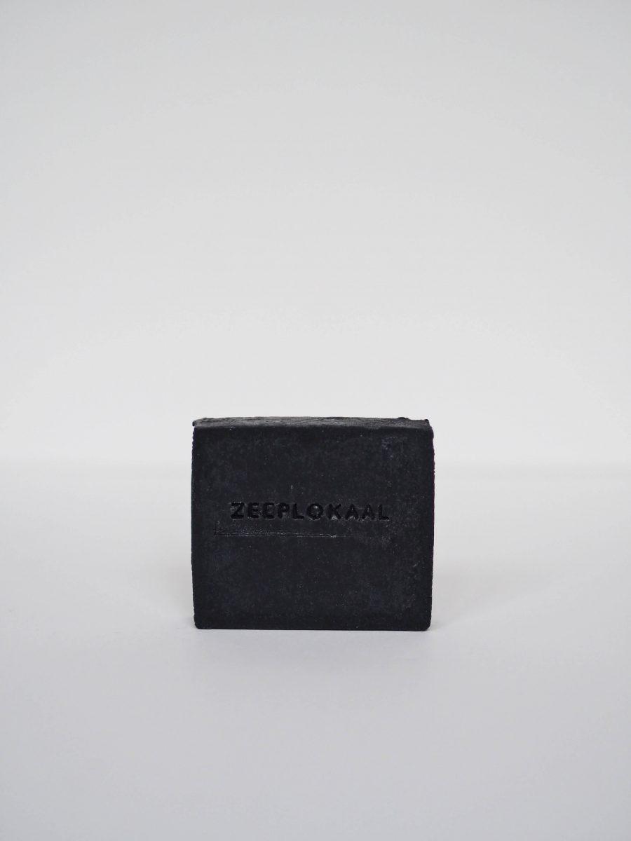 zeeplokaal-zwarte-actieve-kool-tea-tree-zeep-zonder-label-900×1200