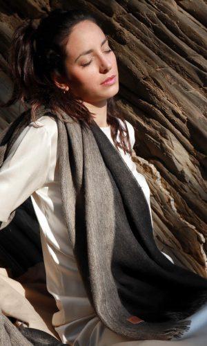 bufandy-sjaal-zwart-sandstone-doble-sjaal-alpaca-wol